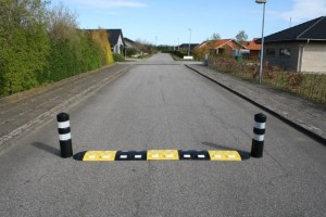 Vejbump 20 km/t 2x90 cm + 2 pullerter ø20cm sort